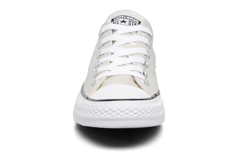 Baskets Converse Chuck Taylor All Star Ox W Beige vue portées chaussures