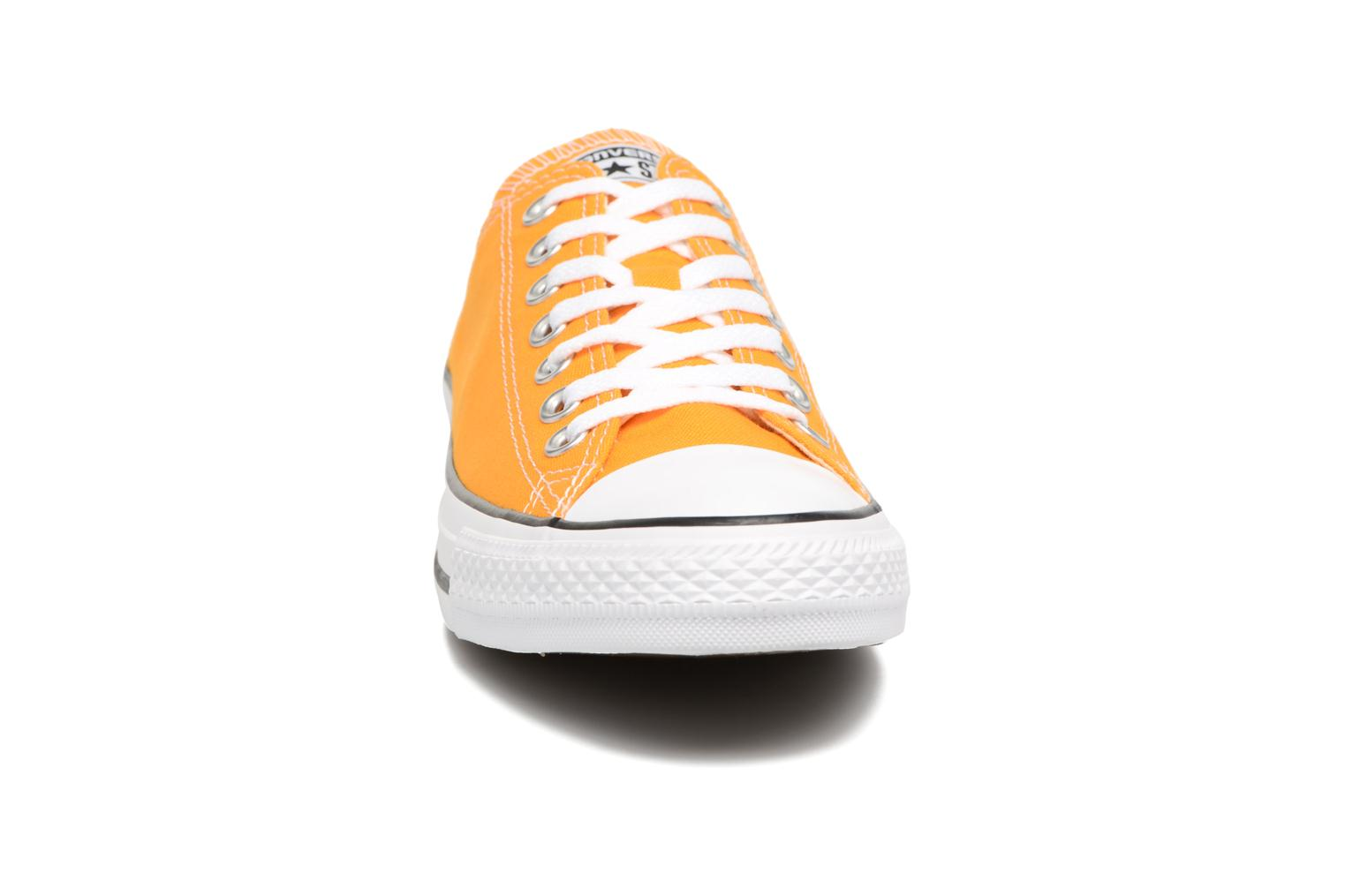 Sneakers Converse Chuck Taylor All Star Ox M Giallo modello indossato