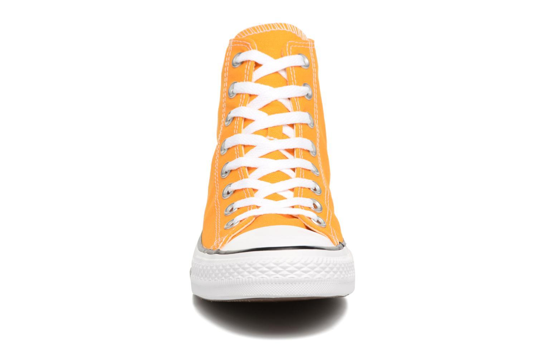 Sneakers Converse Chuck Taylor All Star Hi M Giallo modello indossato