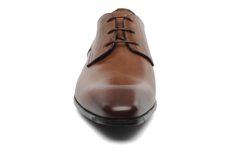 Scarpe con lacci Santoni Marlone 9290 Marrone modello indossato