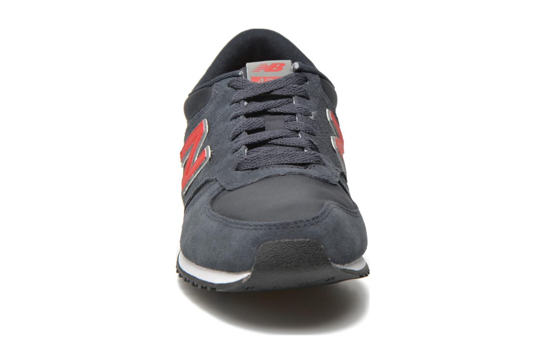 Baskets New Balance U420 Bleu vue portées chaussures