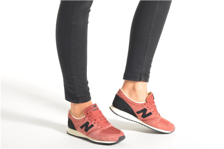 Sneaker New Balance U420 W rosa ansicht von unten / tasche getragen