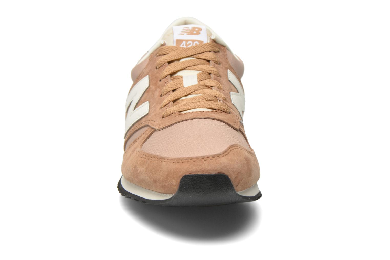 Baskets New Balance U420 W Beige vue portées chaussures