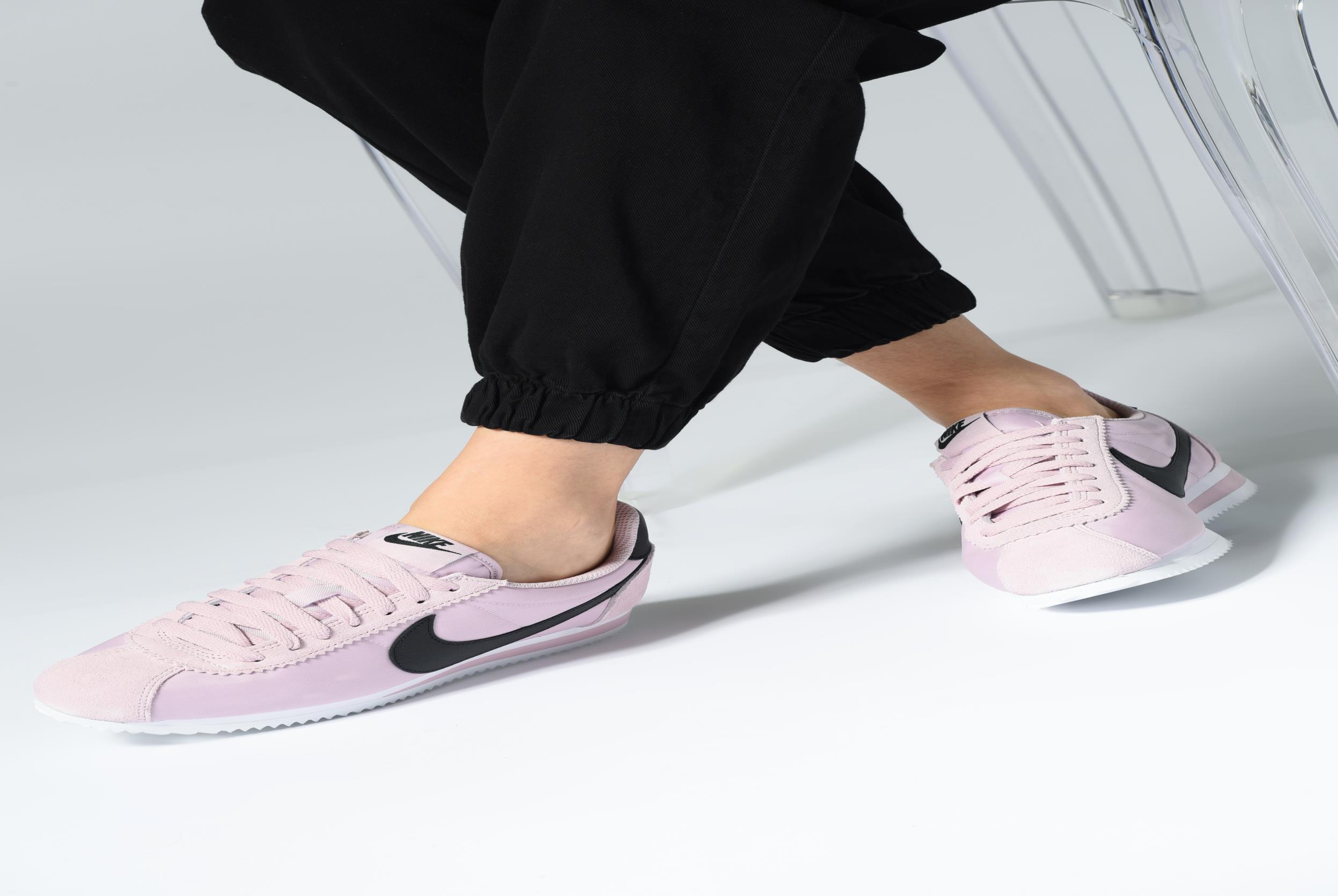 Sneaker Nike Wmns Classic Cortez Nylon schwarz ansicht von unten / tasche getragen