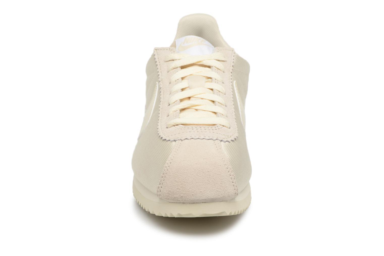 Deportivas Nike Wmns Classic Cortez Nylon Beige vista del modelo