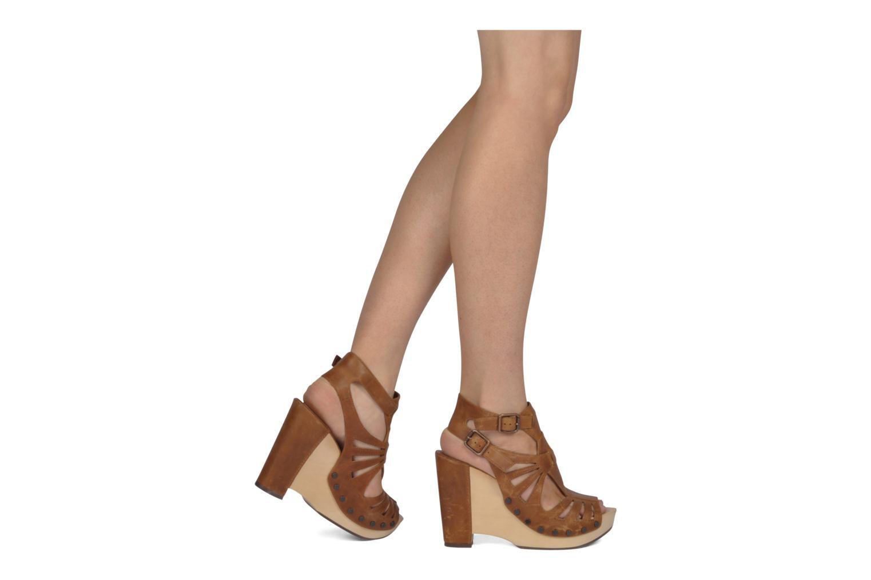 Sandalen Belle Arizona braun ansicht von unten / tasche getragen