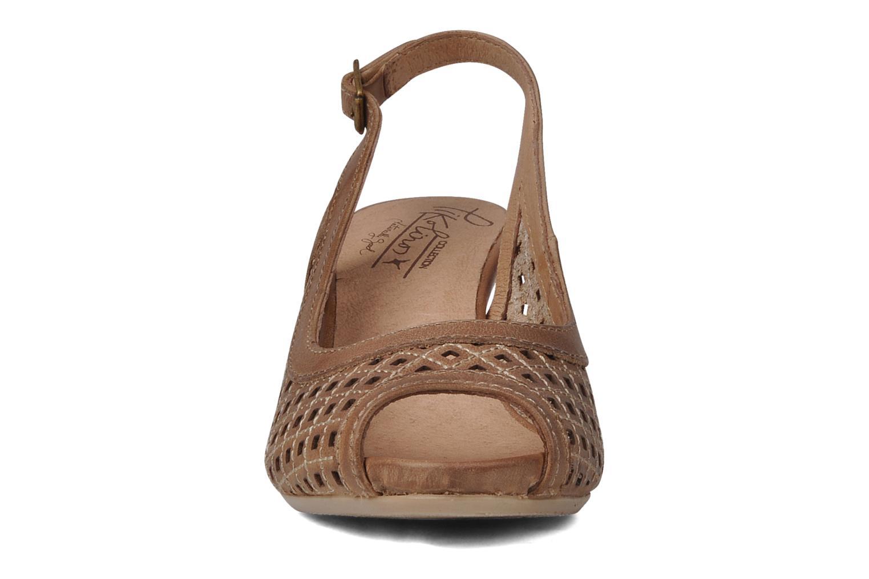 Sandali e scarpe aperte Pikolinos Vic 8385 Beige modello indossato