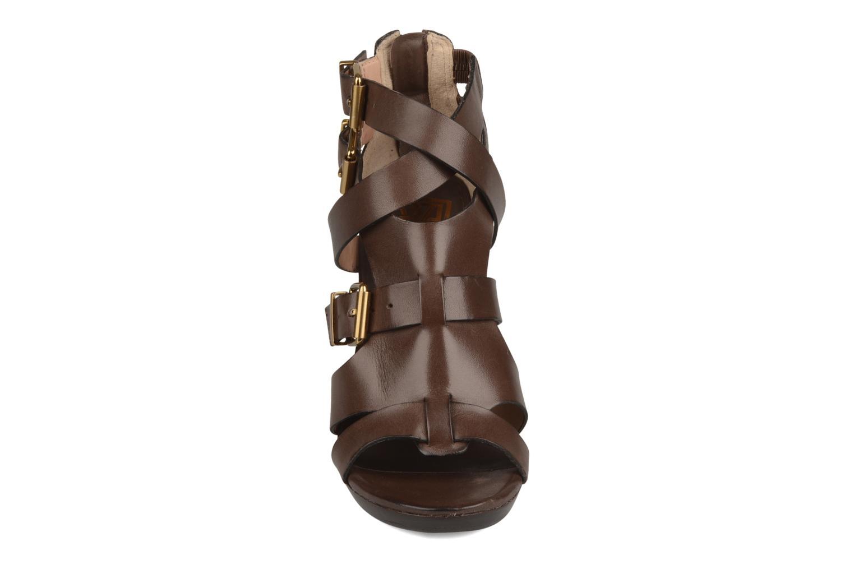 Sandali e scarpe aperte Pour La Victoire Vanna Marrone modello indossato