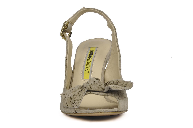 Sandalen Manas Felicidad beige schuhe getragen