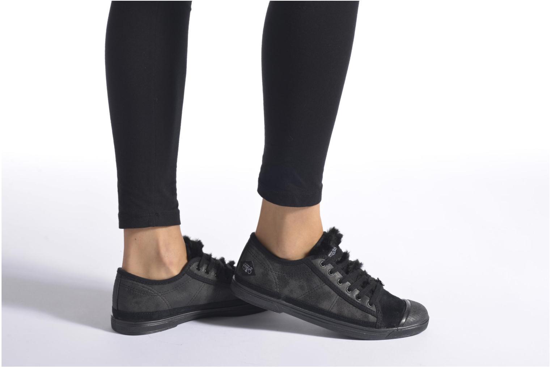Sneaker Le temps des cerises Basic 02 schwarz ansicht von unten / tasche getragen