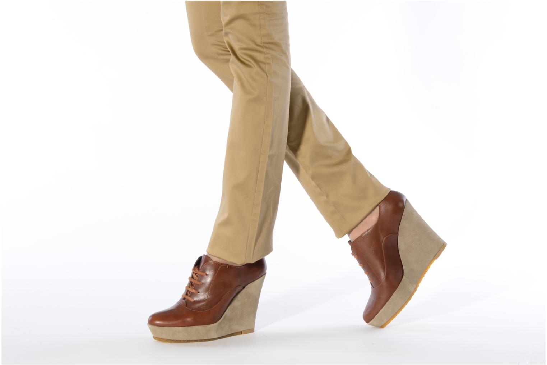 Schnürschuhe Castaner Fusta braun ansicht von unten / tasche getragen