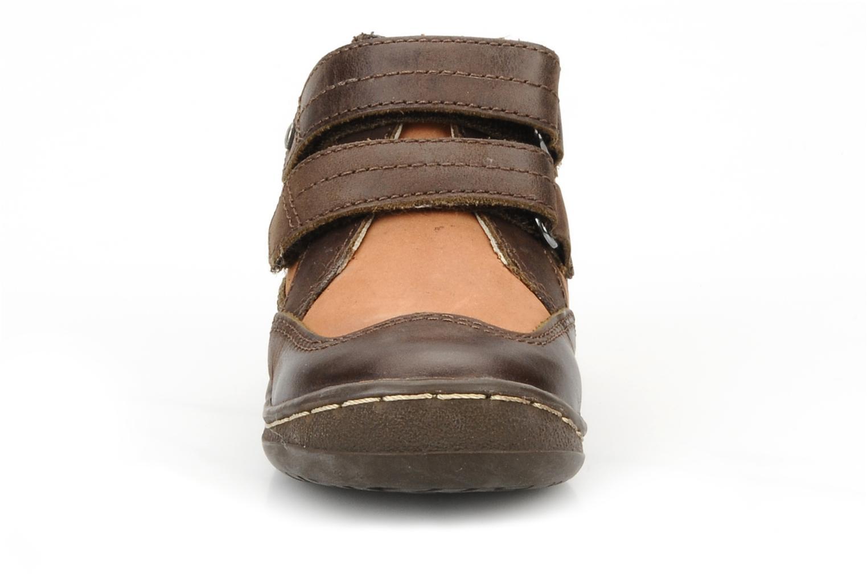 Zapatos con velcro Kickers Maellig Marrón vista del modelo