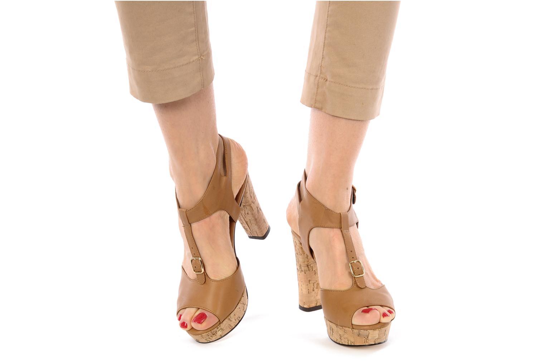 Sandalen Tila March Plateform sandal t-bar braun ansicht von unten / tasche getragen