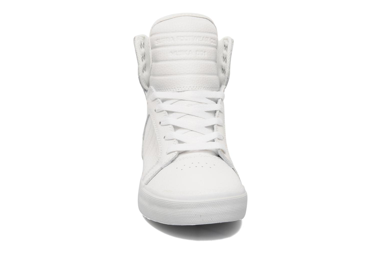 Baskets Supra Skytop Blanc vue portées chaussures