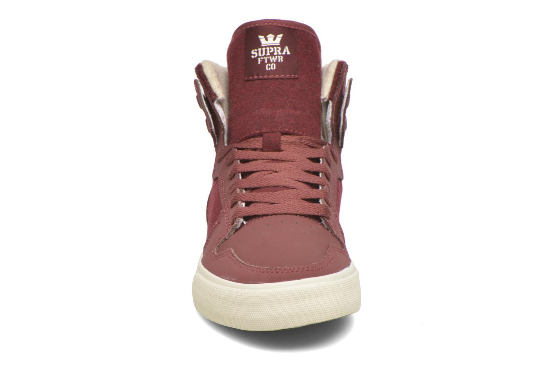 Baskets Supra Vaider Bordeaux vue portées chaussures