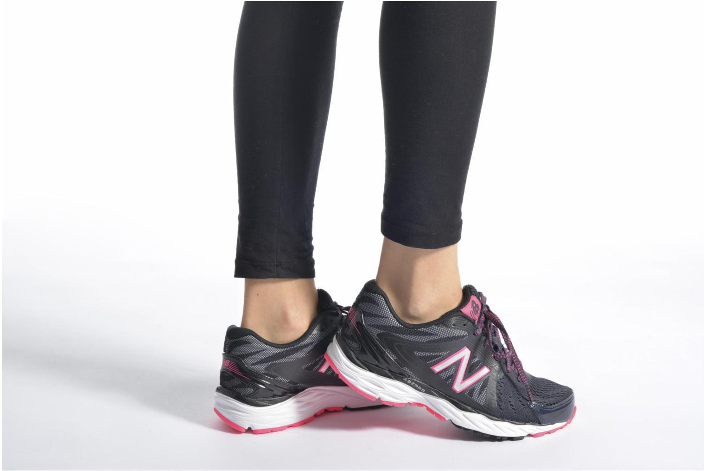 Chaussures de sport New Balance W680 Rose vue bas / vue portée sac