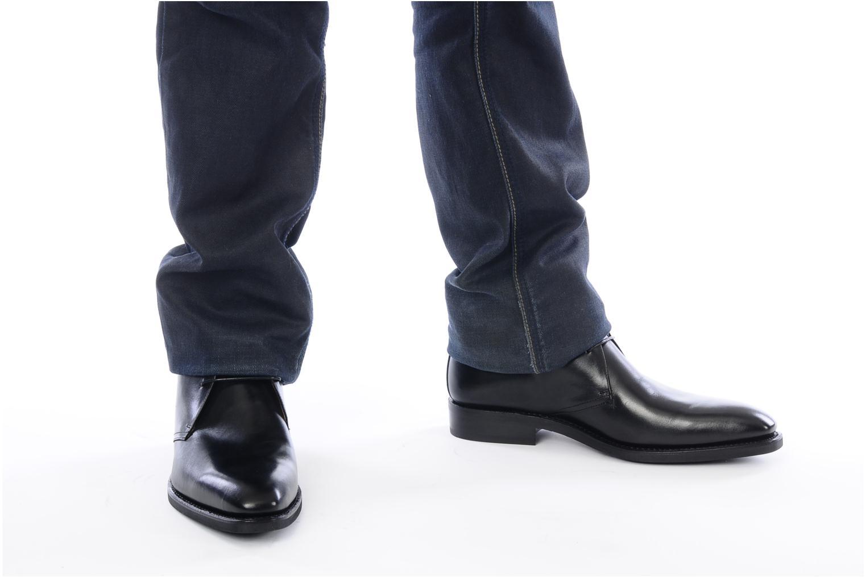 Schnürschuhe Finsbury Chukka schwarz ansicht von unten / tasche getragen