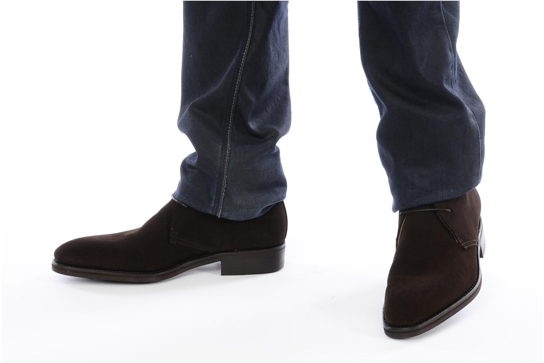 Chaussures à lacets Finsbury Chukka Marron vue bas / vue portée sac