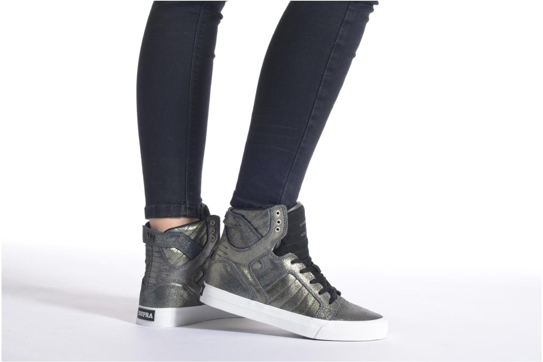 Sneaker Supra Skytop w mehrfarbig ansicht von unten / tasche getragen