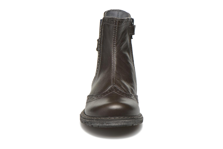 Boots Stones and Bones Evan Grå bild av skorna på