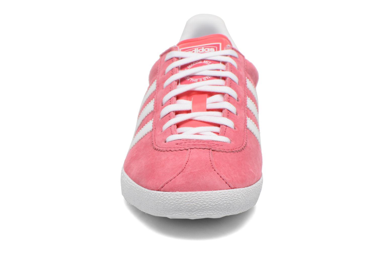 Baskets Adidas Originals Gazelle og w Rose vue portées chaussures