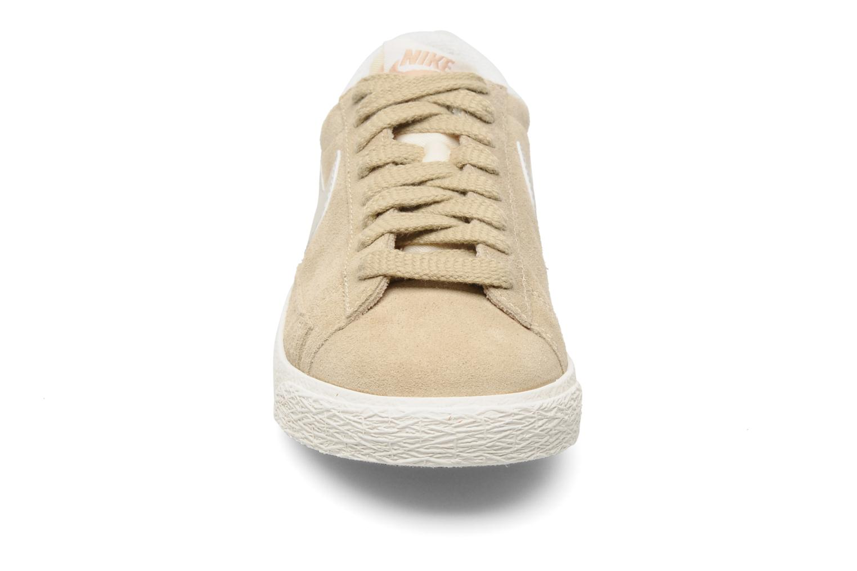Baskets Nike Wmns Blazer Low Suede Vintage Beige vue portées chaussures