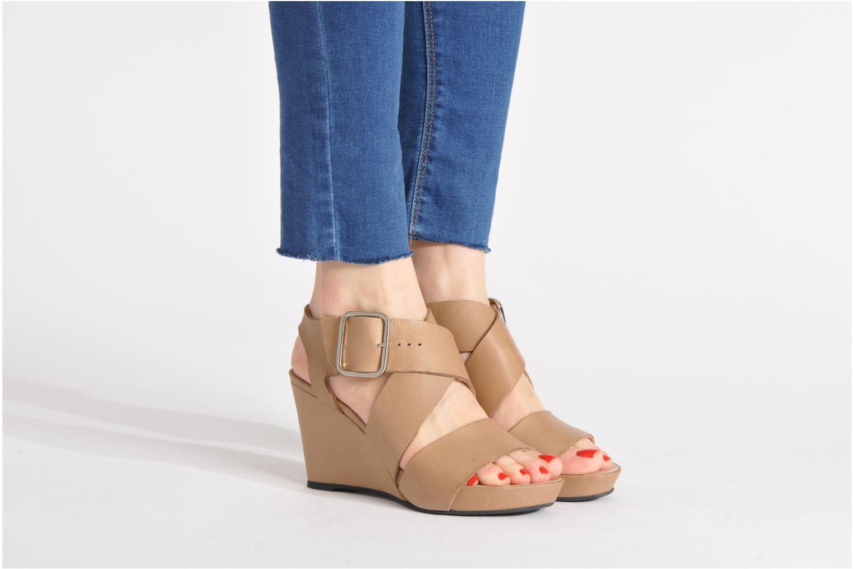 Sandales et nu-pieds Avril Gau Leli Beige vue bas / vue portée sac