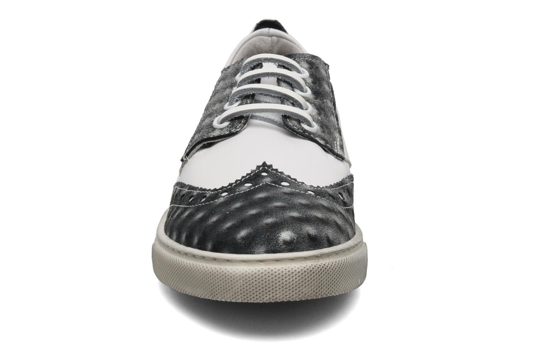 Snörade skor Ylati Venere W Vit bild av skorna på