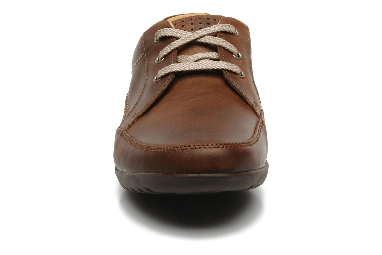 Scarpe con lacci Clarks Recline Out Marrone modello indossato