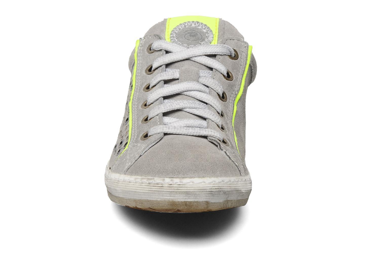 Sneaker Khrio Upsala grau schuhe getragen
