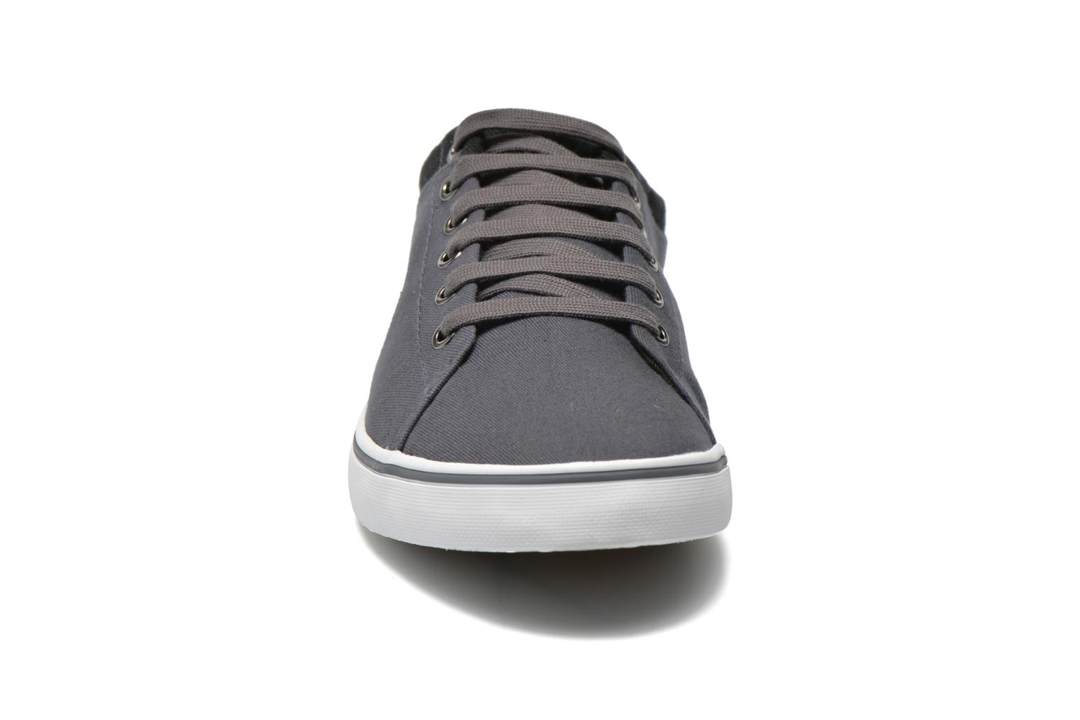 Baskets Fred Perry Hallam Twill Gris vue portées chaussures