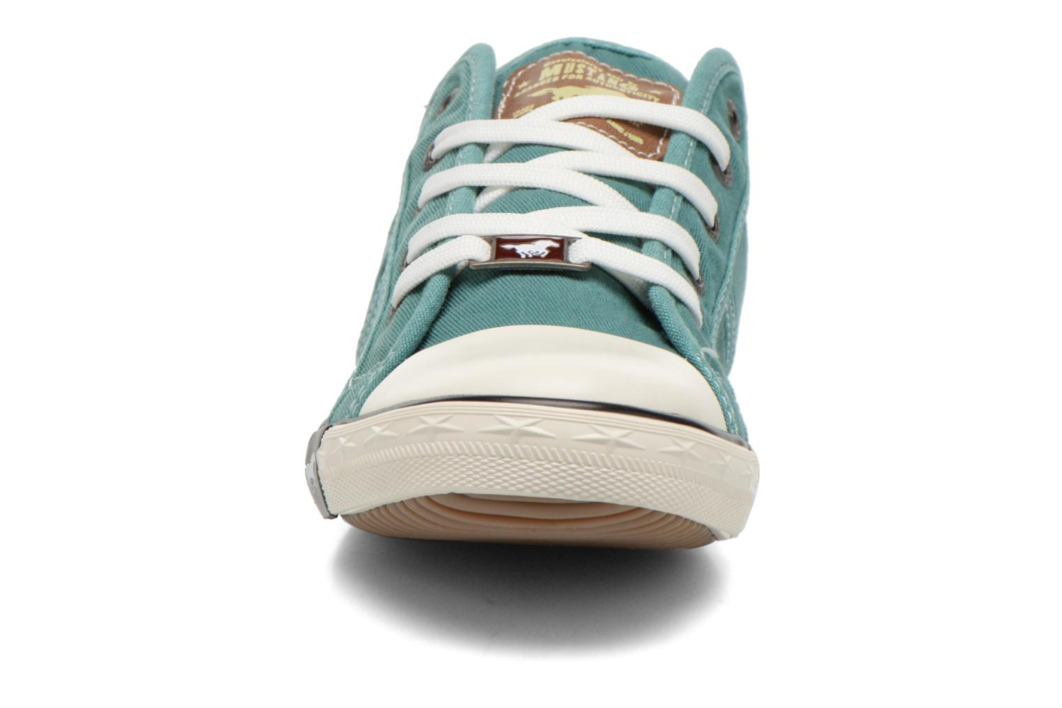 Sneakers Mustang shoes Pitaya Verde modello indossato