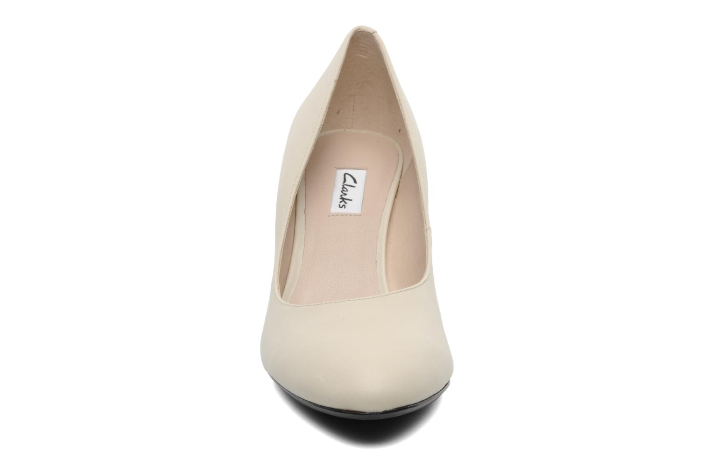 Zapatos de tacón Clarks Babington Race Beige vista del modelo