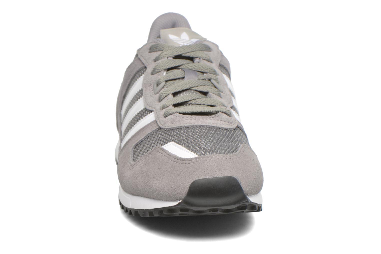 Baskets Adidas Originals Zx 700 Gris vue portées chaussures