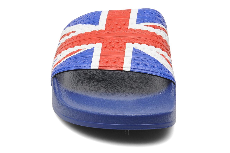 Sandales et nu-pieds Adidas Originals Adilette Flags Bleu vue portées chaussures