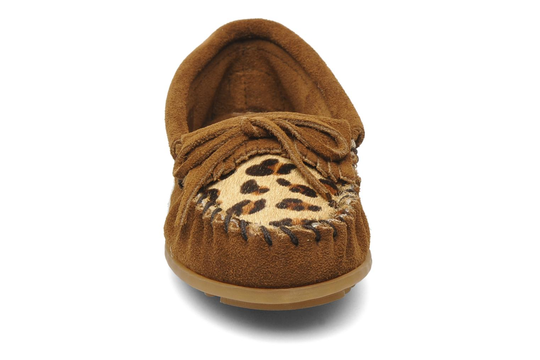 Mocassini Minnetonka Leopard Kilty Moc G Marrone modello indossato