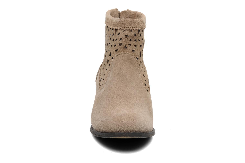 Stivaletti e tronchetti Minnetonka Cutout Boot Beige modello indossato
