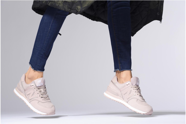 Sneaker New Balance WL574 schwarz ansicht von unten / tasche getragen