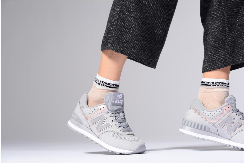 Sneaker New Balance WL574 rosa ansicht von unten / tasche getragen