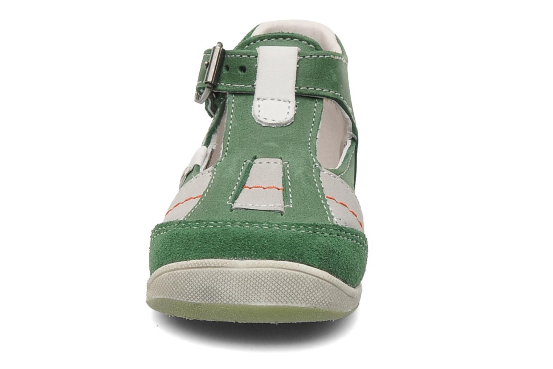 Sandalias Babybotte PANPI Verde vista del modelo