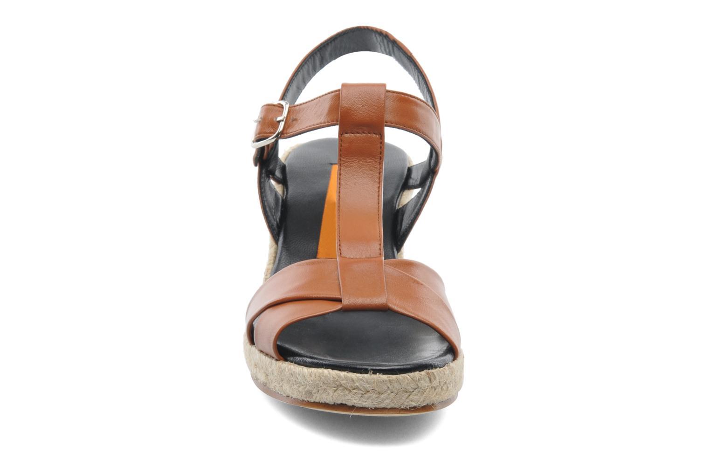 Sandaler Anna Volodia Jemeo Brun se skoene på