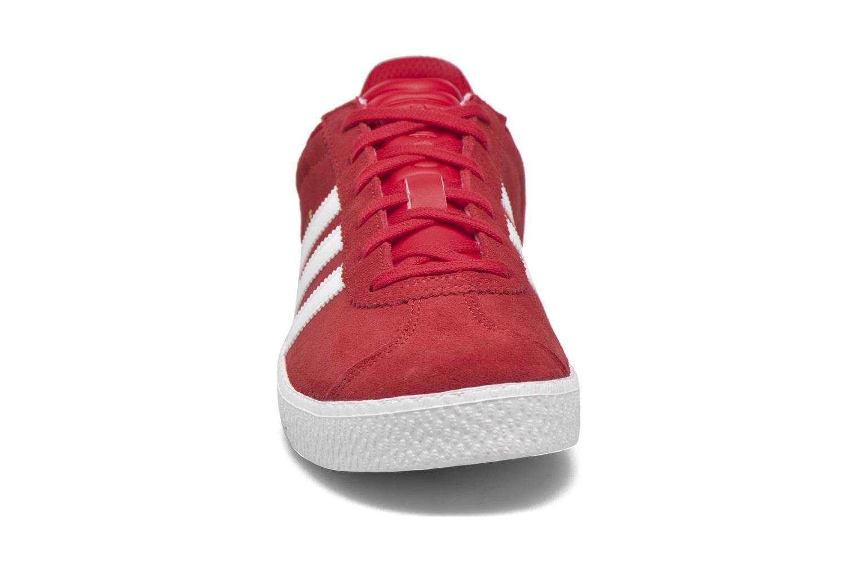 Baskets Adidas Originals Gazelle 2 J Rouge vue portées chaussures