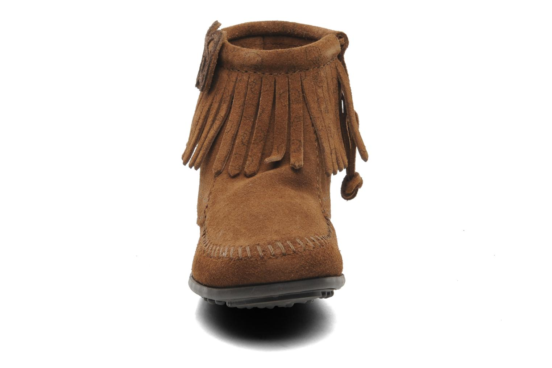 Bottines et boots Minnetonka Hello Kitty Fringe Bootie Marron vue portées chaussures