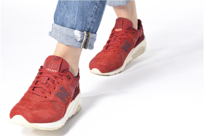 Sneaker New Balance WRT580 rot ansicht von unten / tasche getragen