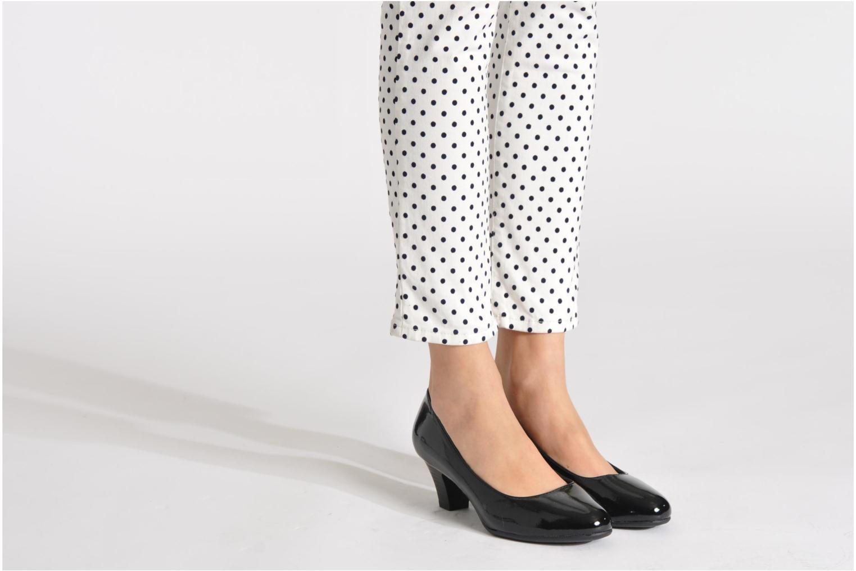 Pumps Jana shoes Anis beige ansicht von unten / tasche getragen