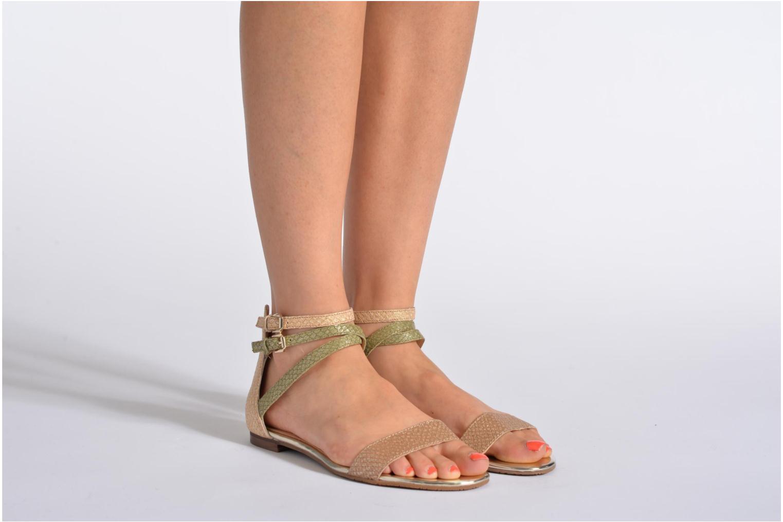 Sandalen Guess Jill gold/bronze ansicht von unten / tasche getragen