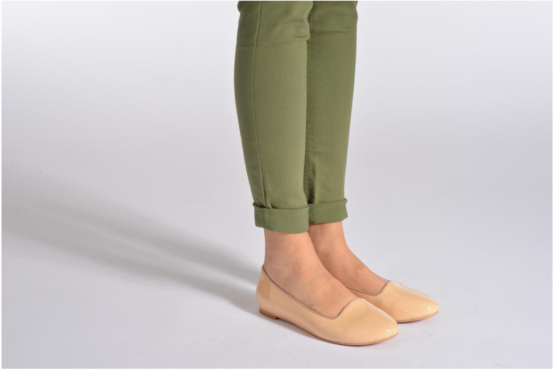 Ballerinas Shoe the bear Paris Patent beige ansicht von unten / tasche getragen