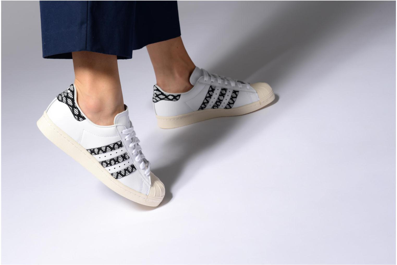 Sneaker Adidas Originals Superstar 80S W schwarz ansicht von unten / tasche getragen