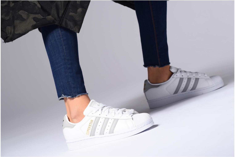 Sneaker Adidas Originals Superstar W orange ansicht von unten / tasche getragen