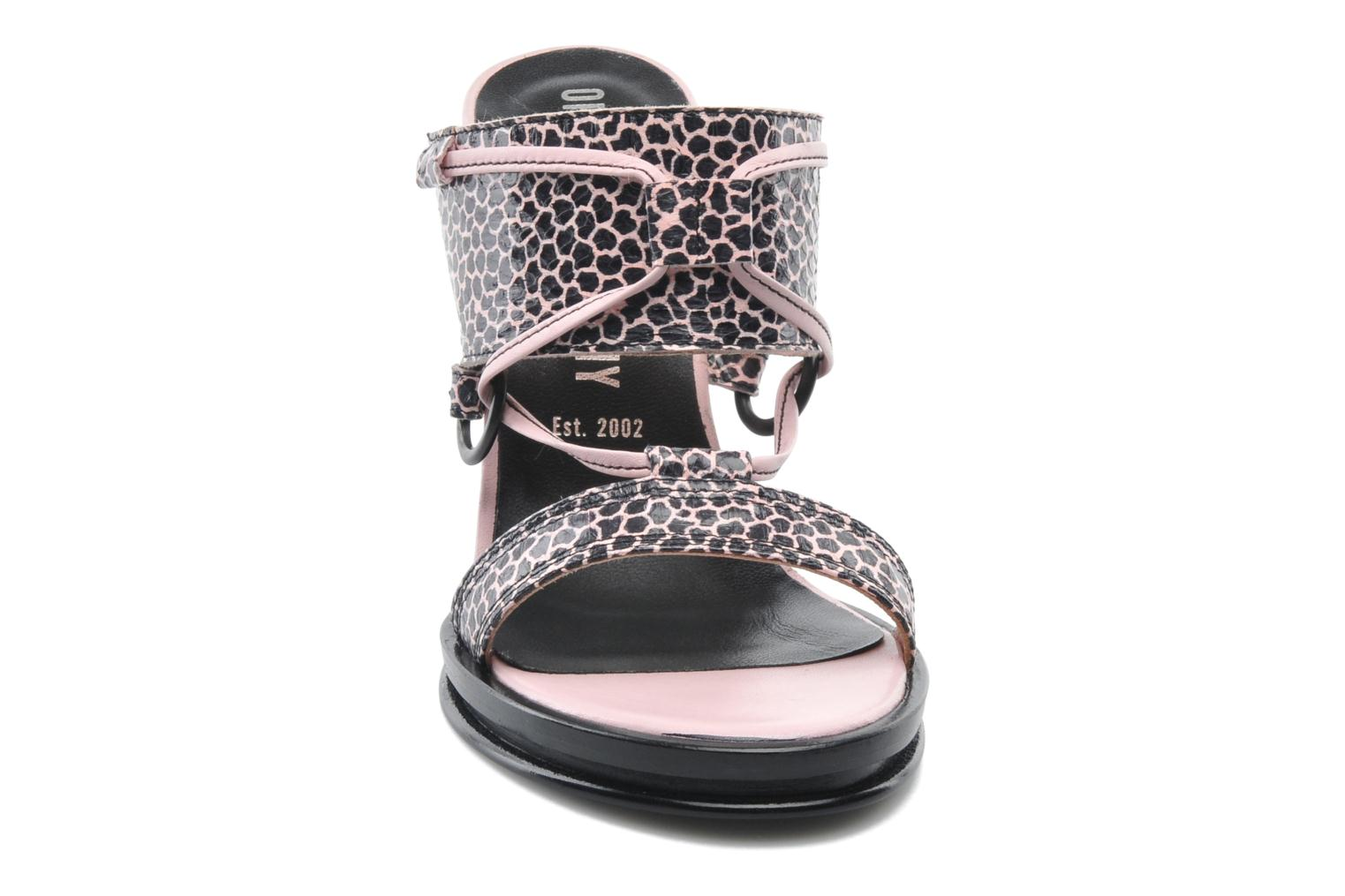 Zuecos Opening Ceremony Mae ankle strap wedge Rosa vista del modelo